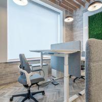 Biurko z regulowaną wysokością w open space